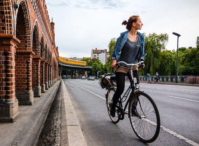 kobieta-na-rowerze-miejskim